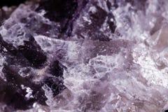 Μακρο ορυκτός φθορίτης πετρών στο μαύρο υπόβαθρο Στοκ Φωτογραφία