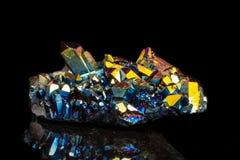 Μακρο ορυκτός χαλαζίας τιτανίου πετρών, χαλαζίας αύρας φλογών σε ένα blac στοκ εικόνες με δικαίωμα ελεύθερης χρήσης