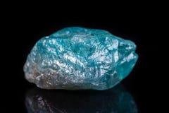 Μακρο ορυκτό apatite πετρών στο μαύρο υπόβαθρο Στοκ Εικόνα