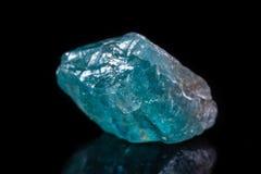 Μακρο ορυκτό apatite πετρών στο μαύρο υπόβαθρο Στοκ Εικόνες