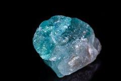 Μακρο ορυκτό apatite πετρών στο μαύρο υπόβαθρο Στοκ Φωτογραφίες