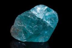 Μακρο ορυκτό apatite πετρών στο μαύρο υπόβαθρο Στοκ φωτογραφία με δικαίωμα ελεύθερης χρήσης