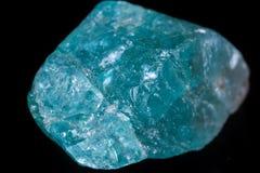 Μακρο ορυκτό apatite πετρών στο μαύρο υπόβαθρο Στοκ εικόνες με δικαίωμα ελεύθερης χρήσης