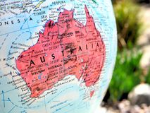 Μακρο πυροβολισμός εστίασης ηπείρων της Αυστραλίας στο χάρτη σφαιρών για το ταξίδι blogs, τα κοινωνικά μέσα, τα εμβλήματα ιστοχώρ Στοκ Εικόνα