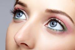 Μακρο πυροβολισμός κινηματογραφήσεων σε πρώτο πλάνο του ανθρώπινου προσώπου γυναικών με την ημέρα ματιών makeup Στοκ Εικόνες