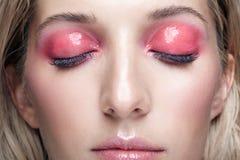 Μακρο πυροβολισμός κινηματογραφήσεων σε πρώτο πλάνο του θηλυκού προσώπου και των ρόδινων καπνώών ματιών makeup στοκ εικόνες με δικαίωμα ελεύθερης χρήσης