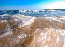 Μακρο πυροβολισμός της θάλασσας με ένα μικρό κύμα στοκ φωτογραφία με δικαίωμα ελεύθερης χρήσης