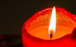 Μακρο πυροβολισμός του κόκκινου καίγοντας κεριού Στοκ Εικόνες