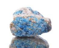 Μακρο πυροβολισμός του φυσικού ορυκτού δείγματος βράχου - apatite, πέτρα σε ένα απομονωμένο άσπρο υπόβαθρο Στοκ φωτογραφία με δικαίωμα ελεύθερης χρήσης