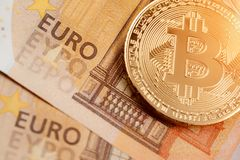 Μακρο πυροβολισμός του χρυσού bitcoin και του ευρο- τραπεζογραμματίου χρήματα εικονικά Ανταλλαγή bitcoin για ένα ευρώ στοκ φωτογραφίες