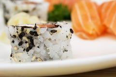Μακρο πυροβολισμός του uramaki Ιαπωνική κινηματογράφηση σε πρώτο πλάνο τροφίμων Στοκ Εικόνα