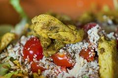Μακρο πυροβολισμός των σπόρων ηλίανθων, σουσάμι, lin σπόροι πάνω από τις κόκκινες ντομάτες κερασιών δίπλα στο τυρί παρμεζάνας, μα Στοκ εικόνα με δικαίωμα ελεύθερης χρήσης