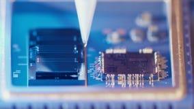 Μακρο πυροβολισμός των συνδέοντας καλωδίων καλωδίων bonder σε ένα μικροτσίπ με υψηλή ταχύτητα απόθεμα βίντεο