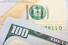 Μακρο πυροβολισμός ενός 100 αμερικανικού δολαρίου Στοκ Φωτογραφίες