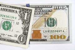 Μακρο πυροβολισμός ενός νέου λογαριασμού 100 δολαρίων και ενός δολαρίου Στοκ εικόνα με δικαίωμα ελεύθερης χρήσης