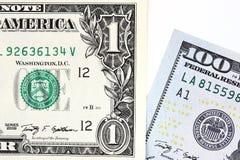Μακρο πυροβολισμός ενός νέου λογαριασμού 100 δολαρίων και ενός δολαρίου Στοκ Φωτογραφία