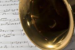 Μακρο πυροβολισμός της γενικής ιδέας Saxophone στη μουσική φύλλων Στοκ Εικόνες
