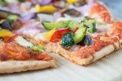 μακρο πυροβολισμός της πίτσας με τα λαχανικά Στοκ Εικόνες