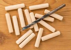 Μακρο πυροβολισμός των ξύλινων γόμφων και του κομματιού τρυπανιών Στοκ εικόνα με δικαίωμα ελεύθερης χρήσης