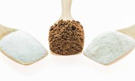 Μακρο σκόνη και κορφολόγος καφέ με τους κύβους ζάχαρης στο ξύλινο κουτάλι Στοκ Φωτογραφία