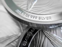 Μακρο στενός επάνω ενός ασημένιου νομίσματος ράβδου 999% στοκ εικόνες