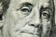 Μακρο στενός επάνω των ΗΠΑ λογαριασμός 100 δολαρίων Στοκ Φωτογραφίες