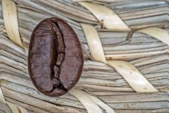Μακρο φασόλια καφέ που τηγανίζονται σε ένα μπεζ υπόβαθρο στοκ φωτογραφία με δικαίωμα ελεύθερης χρήσης