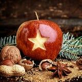 Μακρο φρούτα διακοπών - η κόκκινη Apple με το χαρασμένο αστέρι Στοκ Φωτογραφία