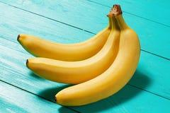 Μακρο φρούτα Μπανάνες στο μπλε ξύλινο επιτραπέζιο υπόβαθρο νεολαίες ενηλίκων Εκλεκτική εστίαση στοκ φωτογραφία