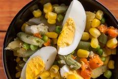 Μακρο φυτική σαλάτα κινηματογραφήσεων σε πρώτο πλάνο με το καρότο πατατών αυγών καλαμποκιού Στοκ Εικόνα