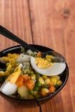 Μακρο φυτική σαλάτα κινηματογραφήσεων σε πρώτο πλάνο με το καρότο πατατών αυγών καλαμποκιού Στοκ εικόνες με δικαίωμα ελεύθερης χρήσης