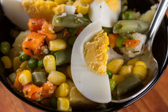 Μακρο φυτική σαλάτα κινηματογραφήσεων σε πρώτο πλάνο με το καρότο πατατών αυγών καλαμποκιού Στοκ Φωτογραφίες