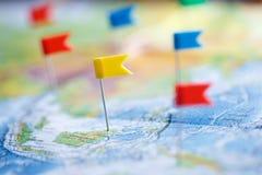 Μακρο φωτογραφία με τη σημαία pushpins και τον παγκόσμιο χάρτη μικρό ταξίδι χαρτών του Δουβλίνου έννοιας πόλεων αυτοκινήτων Στοκ Εικόνες