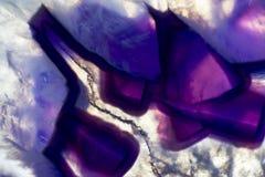 Μακρο φωτογραφία μιας ζωηρόχρωμης πορφυρής φέτας βράχου αχατών Στοκ Εικόνα