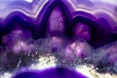 Μακρο φωτογραφία μιας ζωηρόχρωμης πορφυρής φέτας βράχου αχατών Στοκ Φωτογραφίες