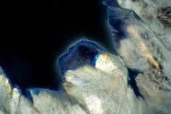 Μακρο φωτογραφία μιας ζωηρόχρωμης φέτας βράχου αχατών Στοκ Εικόνα