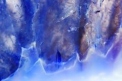 Μακρο φωτογραφία μιας ζωηρόχρωμης φέτας βράχου αχατών Στοκ εικόνα με δικαίωμα ελεύθερης χρήσης