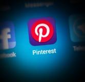 Μακρο φωτογραφία, το εικονίδιο Pinterest app και ο φραγμός αναζήτησης στο MO Στοκ Φωτογραφίες