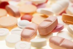 Μακρο φωτογραφία των ζωηρόχρωμων ιατρικών χαπιών Στοκ εικόνα με δικαίωμα ελεύθερης χρήσης