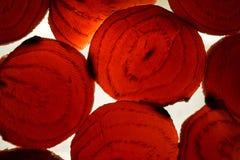 Μακρο φωτογραφία των ζωηρόχρωμων τεμαχισμένων κόκκινων τεύτλων Στοκ φωτογραφία με δικαίωμα ελεύθερης χρήσης