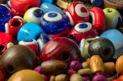 Μακρο φωτογραφία των ματιών διαβόλων και των ξύλινων κουμπιών Στοκ Εικόνες