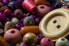 Μακρο φωτογραφία των ξύλινων χαντρών και των κουμπιών Στοκ εικόνες με δικαίωμα ελεύθερης χρήσης