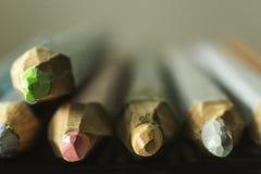 Μακρο φωτογραφία των χρωματισμένων μολυβιών Θολωμένη προοπτική Στοκ Εικόνες