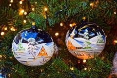 Μακρο φωτογραφία Φωτεινά παιχνίδια χριστουγεννιάτικων δέντρων γυαλιού Στοκ εικόνες με δικαίωμα ελεύθερης χρήσης