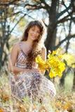 Μακρυμάλλες κορίτσι με το δρύινο μπουκέτο λουλουδιών Στοκ εικόνες με δικαίωμα ελεύθερης χρήσης