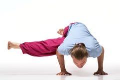 Μακρυμάλλης γενειοφόρος επίλυση ατόμων Πρότυπα να κάνει exercis Eka Pada Koundinyasana 2 στοκ εικόνα