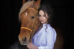 Μακρυμάλλες επόμενο άλογο γυναικών πορτρέτου όμορφο Στοκ εικόνα με δικαίωμα ελεύθερης χρήσης