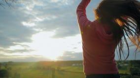 Μακρυμάλλες κορίτσι στην ηλιοφάνεια απόθεμα βίντεο