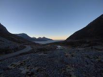 Μακρύς δρόμος βουνών με το ωκεάνιο σκηνικό Στοκ φωτογραφία με δικαίωμα ελεύθερης χρήσης