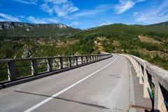 Μακρύς δρόμος στη γέφυρα στα βουνά Στοκ Εικόνα